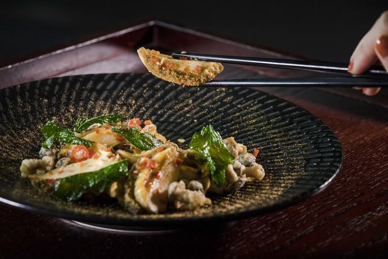 Above & Beyond Hotel ICON - 天外天中菜廳 - 唯港薈 OKiBook Hong Kong Restaurant Buffet Booking 自助餐預訂香 Wok-fried Abalone with Chilli and Mushrooms
