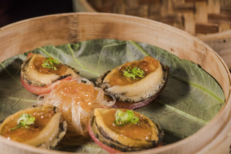 Above & Beyond Hotel ICON - 天外天中菜廳 - 唯港薈 OKiBook Hong Kong Restaurant Buffet Booking 自助餐預訂香 Steamed Abalone with Tomato and Plum Sauce served with Vermicelli